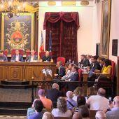 Luis Ángel Mateo y Justino Delgado, al fondo de la imagen a la derecha, en el Pleno Municipal del mes de septiembre en Elche