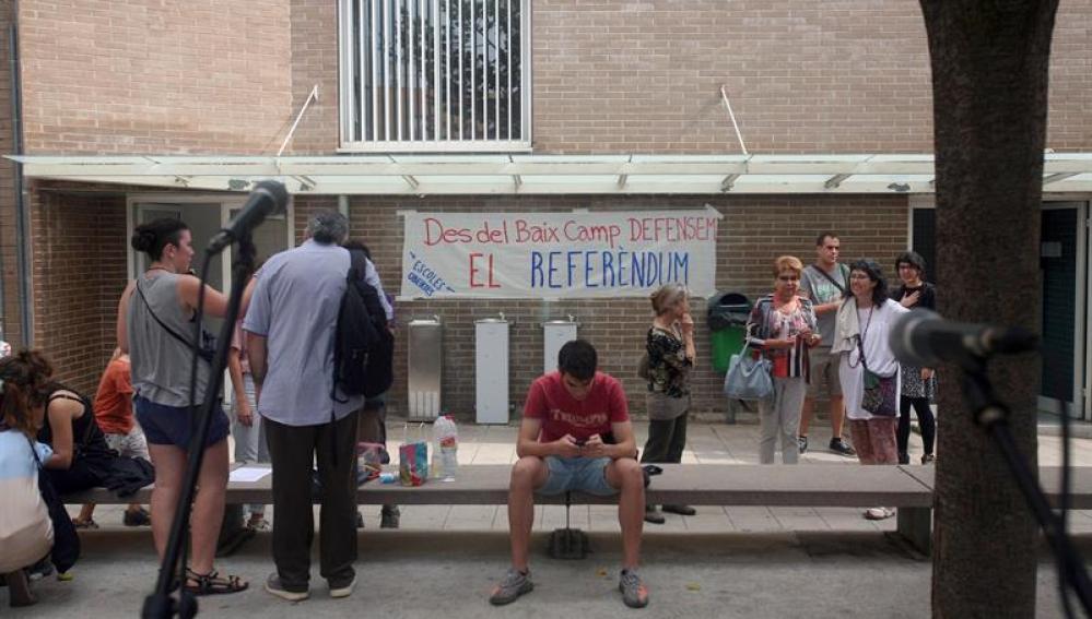 Varias personas permanecen en el instituto Baix Camp de Tarragona donde se organizan actividades para evitar que la policía impida su uso el 1-O, como ha ordenado un juez