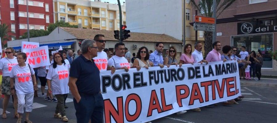 Miembros de PP y Ciudadanos portando la pancarta que ha encabezado la manifestación contra el PATIVEL