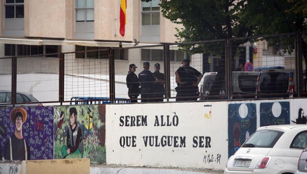 Efectivos de la policia nacional en el exterior del instituto Antoni Martí i Franquès despues de que seis policías de paisano entraran en el instituto buscando urnas
