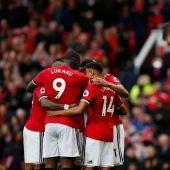 Los jugadores del Manchester United se abrazan en uno de los goles