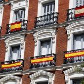 Imagen de archivo de varias banderas españolas colgando de varios balcones en Madrid