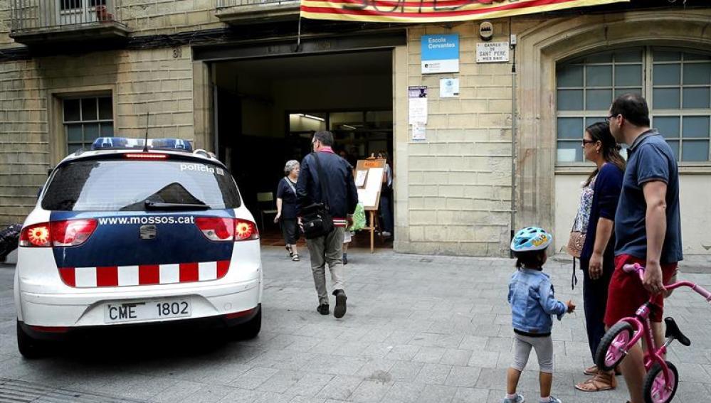 Un coche de los Mossos a las puertas de un colegio público
