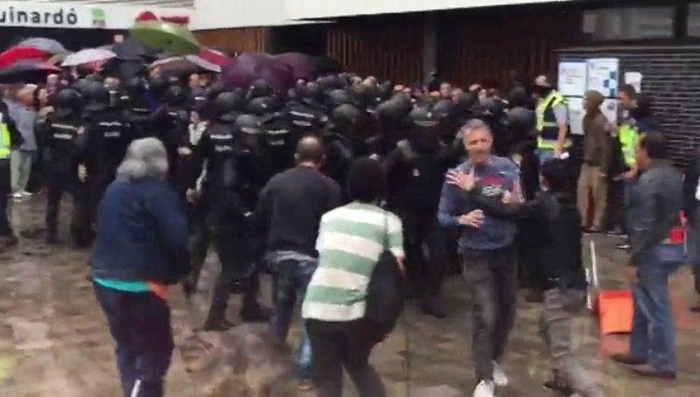 Forcejeos entre la Policía y manifestantes a las puertas de los colegios del 1-O