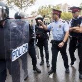 Agentes antidisturbios de la Policía Nacional y de los Mossos d' Esquadra