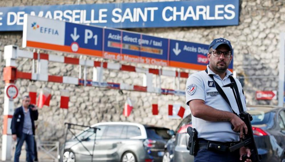 Policía francesa en el lugar del atentado