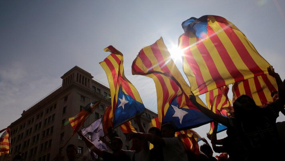 Manifestantes sostienen banderas esteladas