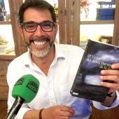 Víctor del Árbol con su libro 'Por encima de la lluvia'