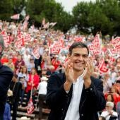 El secretario general del PSOE, Pedro Sánchez, y el del PSPV, Ximo Puig, saludan a los militantes