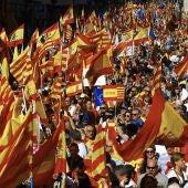 Miles de banderas ondean en las calles de Barcelona