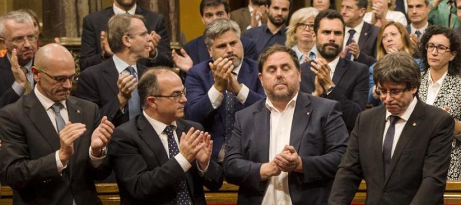 El Parlament aplaude a Puigdemont tras su discurso