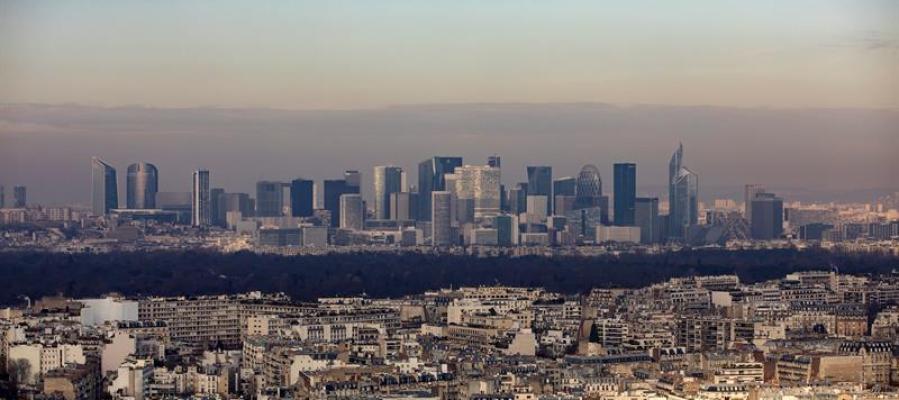 Vista general de una densa neblina sobre el distrito financiero de París, Francia
