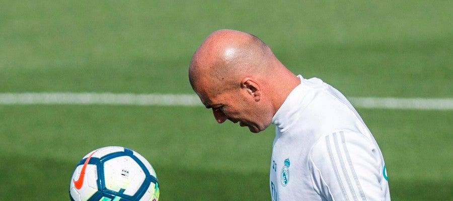 Zidane da toques durante un entrenamiento del Real Madrid