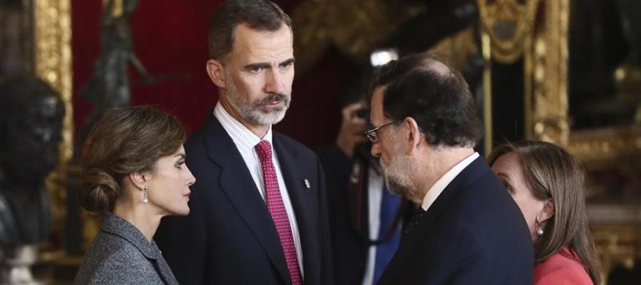 Mariano Rajoy conversa con los Reyes durante la recepción en el Palacio Real