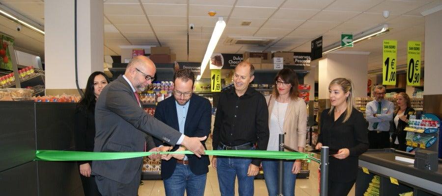 Momento del corte simbólico de la cinta con el que se ha inaugurado el nuevo supermercado de Hiperber