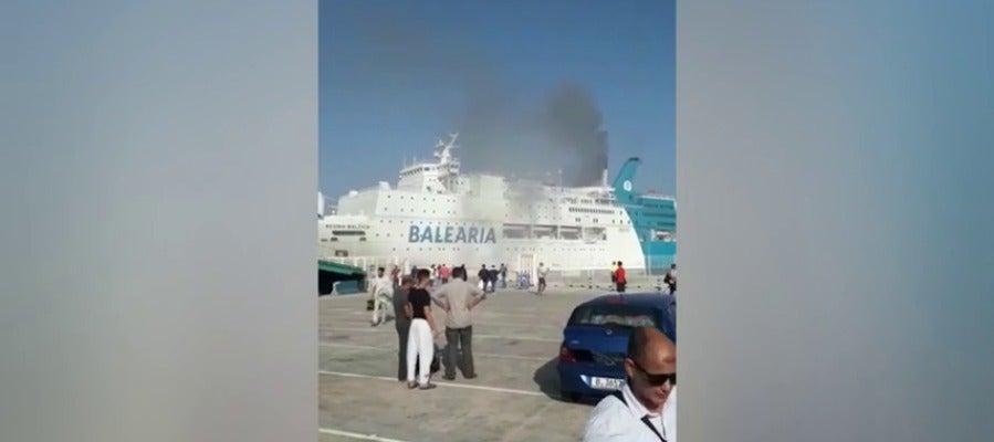 Incendio en un barco de pasajeros atracado en el puerto de Valencia con destino a Argelia