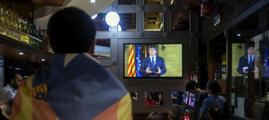 Un independentista ve un discurso de Carles Puigdemont en televisión