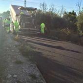 Tareas de asfaltado en un camino de Elche.