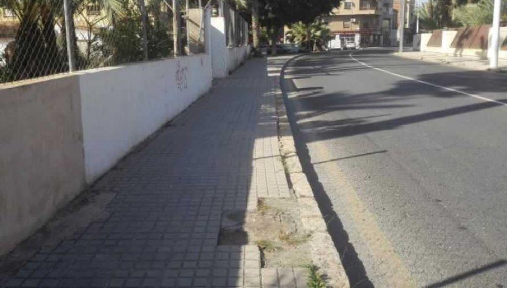 Zona en la que faltan baldosas en la Avenida Candalix de Elche