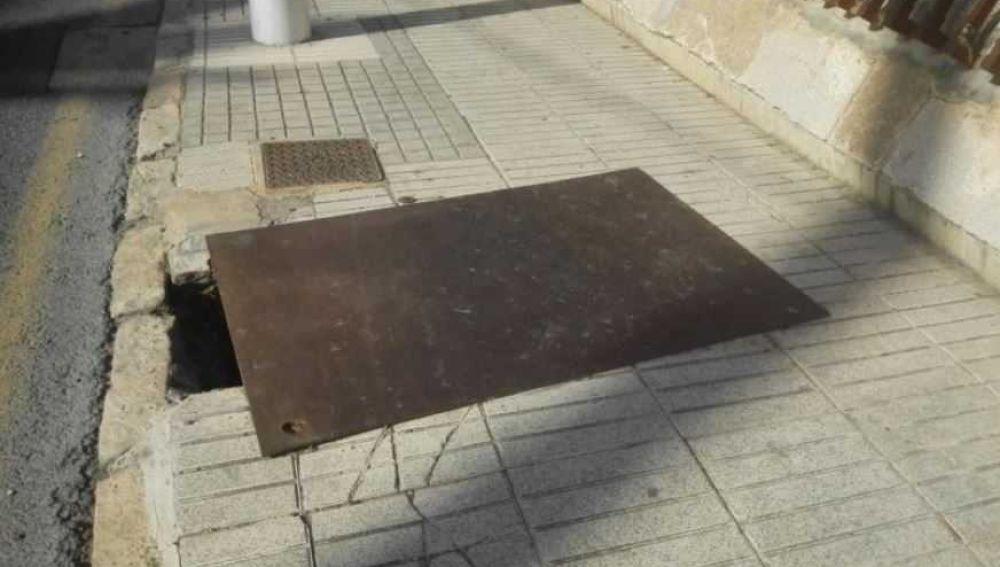 Una chapa metálica tapa un agujero en la Avenida Candalix de Elche