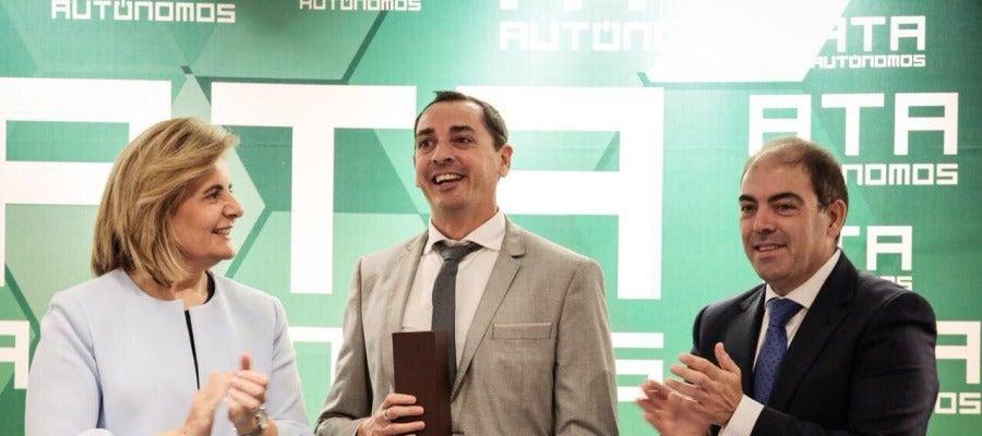 David Robles recibe de Fátima Báñez el Premio ATA a la Labor Periodística del año