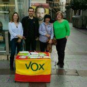 Miembros del Comité Ejecutivo Provincial de VOX en la Plaça de Baix de Elche