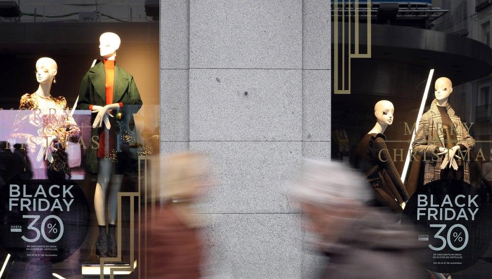 Detalle de un escaparate de la madrileña calle Preciados con publicidad sobre los descuentos ofrecidos en el 'Black Friday'
