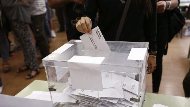 Imagen de una urna en un colegio electoral de Barcelona.