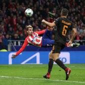 Antoine Griezmann se prepara para rematar el centro en el partido del Atlético