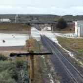 Tramo de vía ferroviaria inundada a su paso por el Arahal