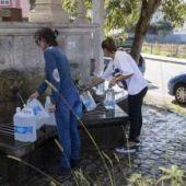 Gente recogiendo agua
