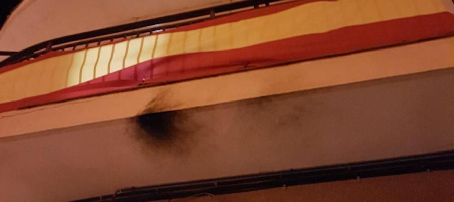 balcón con bandera española en Balsareny