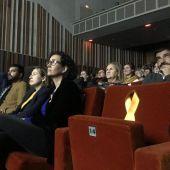 Una silla vacía con un lazo amarillo por Junqueras en el inicio de campaña de ERC