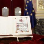 Detalle de un ejemplar de la Constitución