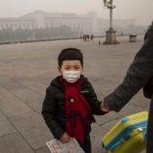 Un niño se protege de la contaminación