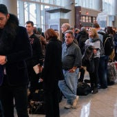 Gente esperando a que reanuden los vuelos en el Aeropuerto de Atlanta