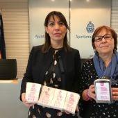Teresa Maciá, concejal de Bienestar Social en Elche (a la izquierda) muestra las servilletas contra la violencia machista que se están repartiendo