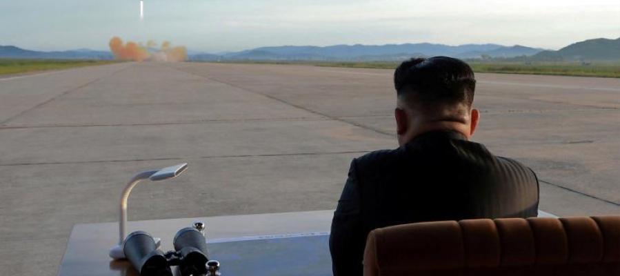 Kim Jong-un supervisa el lanzamiento de un misil