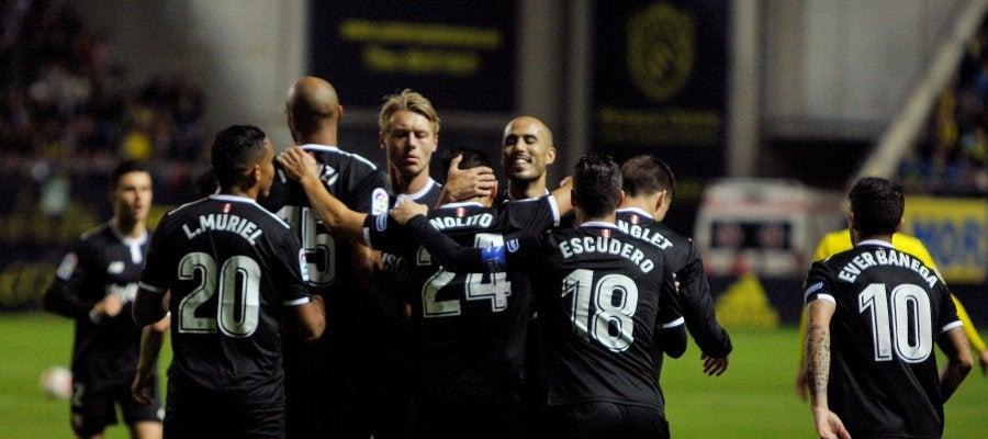 Los jugadores del Sevilla celebran uno de sus goles ante el Cádiz