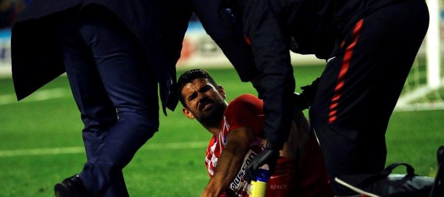 Diego Costa se duele en el césped tras su gol ante el Lleida