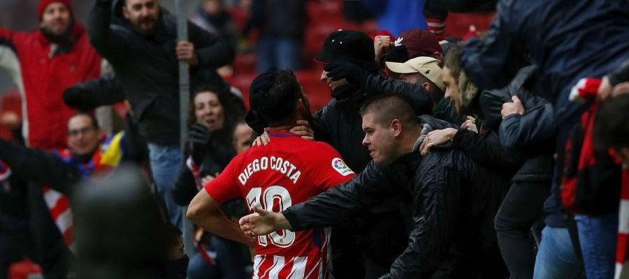 Diego Costa celebra su gol con los aficionados atléticos en la grada