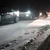 Vehículos detenidos en una carretera nevada