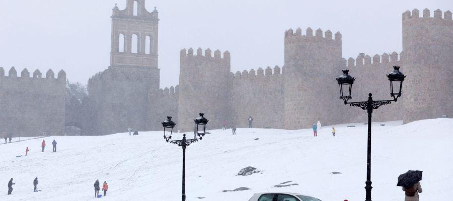 Vista de las murallas de Ávila cubiertas de nieve con la nevada de ayer.
