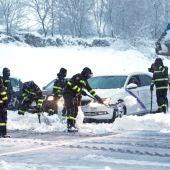 Los efectivos de la Unidad Militar de Emergencias trabajan para liberar a los vehículos atrapados