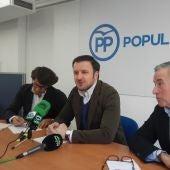 Pablo Ruz -en el centro- junto a los diputados autonómicos Juan de Dios Navarro -al fondo- y José Salas -en primer plano-.