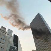 Arden las plantas superiores de la Torre Trump de Nueva York
