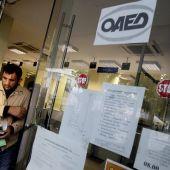 Un ciudadano sale de una oficina de empleo en Atenas (Grecia).