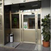 Acceso a la OMIC de Elche con la nueva puerta instalada