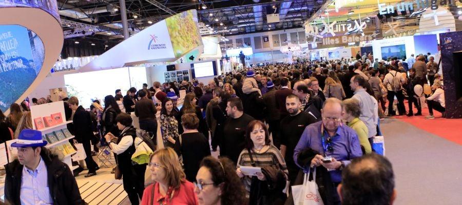 Cientos de personas visitan la Feria Internacional de Turismo de Madrid (Fitur)