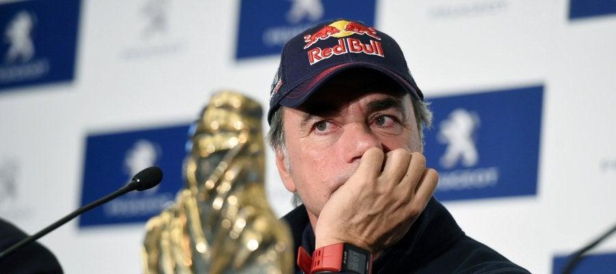 Carlos Sainz, con el trofeo de campeón del Dakar 2018